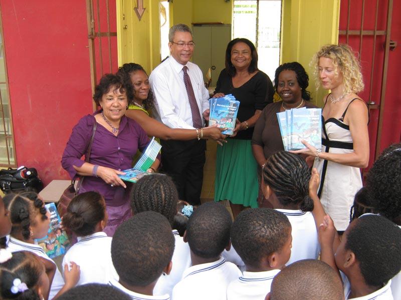 Uitdelen van de eerste exemplaren van Shervison ta deskubrí un tesoro op de Bellefaas Martisschool op Curaçao.