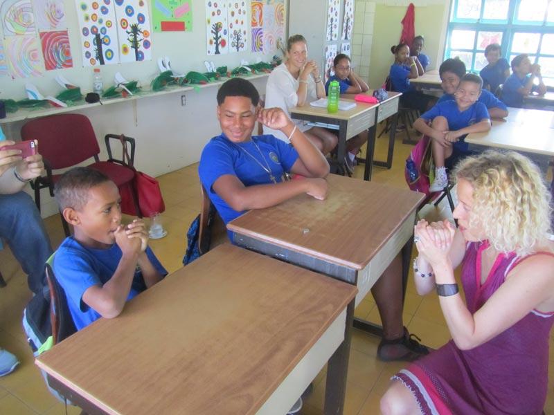 Samen uilengeluiden nadoen in de klas.